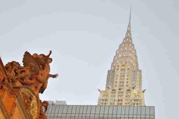 In primo piano il dio Hermes sulla Grand Central Terminal e sullo sfondo il Chrysler Building.