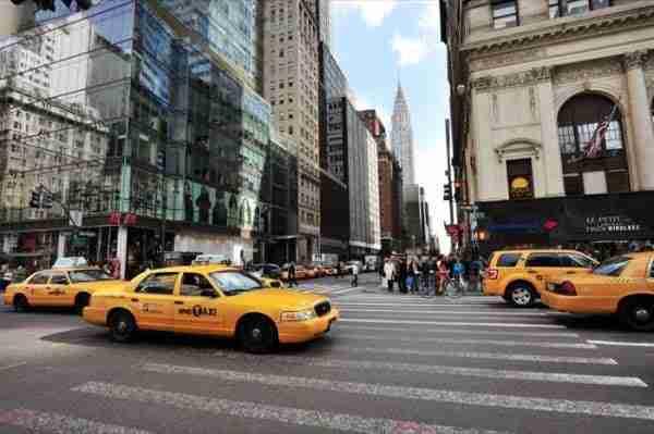 I tipici taxi di New York e il Chrysler Building sullo sfondo