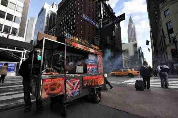 Vista sulla 42nd Street e il tipico truck food e sullo sfondo il Chrysler Building