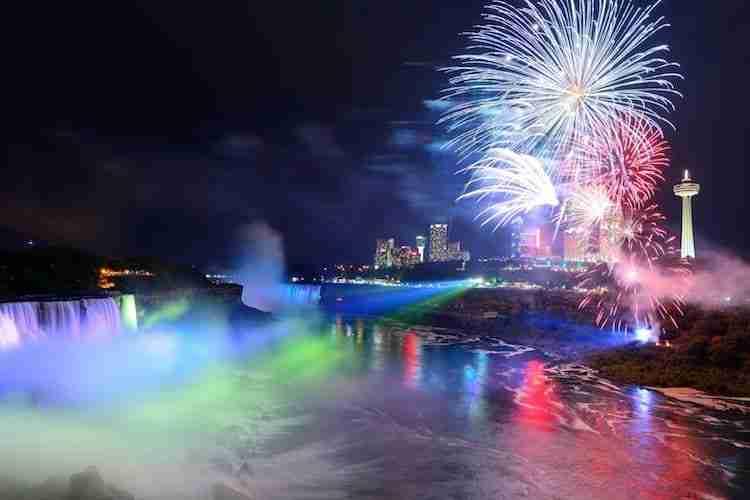 I fuochi d'artificio sulle Cascate del Niagara