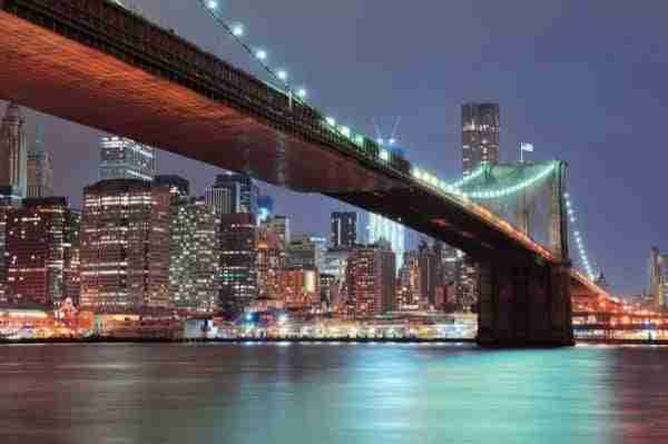 Brooklyn Bridge illuminato e vista di Downtown Manhattan