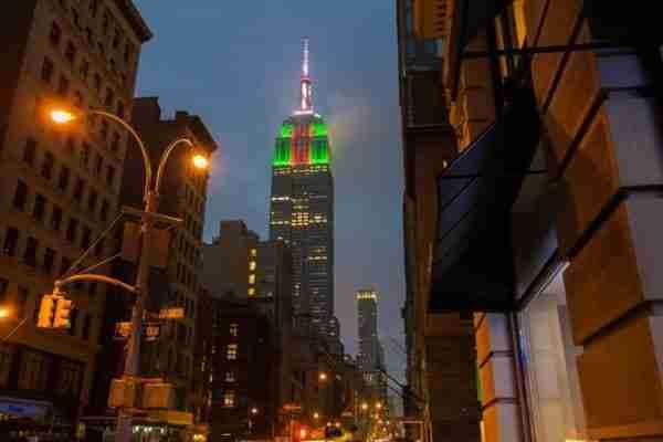 Ogni evento fa colorare il grattacielo di un colore diverso