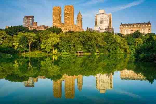 Edifici riflessi nel lago di Central Park