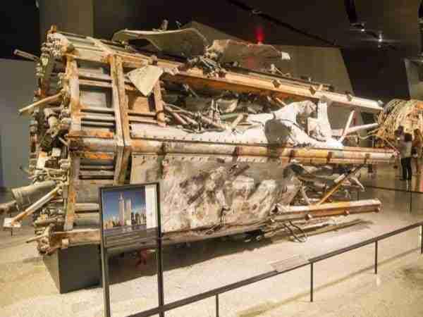 9/11 Museum: frammento dell\'antenna che stava in cima al World Trade Center