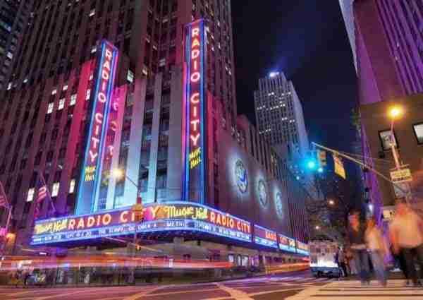 Radio City Music Hall di fronte al Rockefeller Center