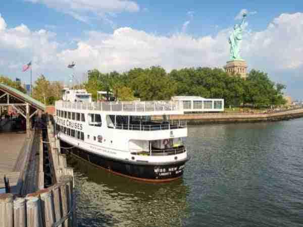 Traghetto e Statua della Libertà vista da dietro