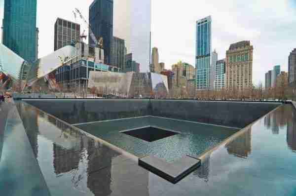 9/11 Memoriale e sullo sfondo la struttura del 9/11 Museum