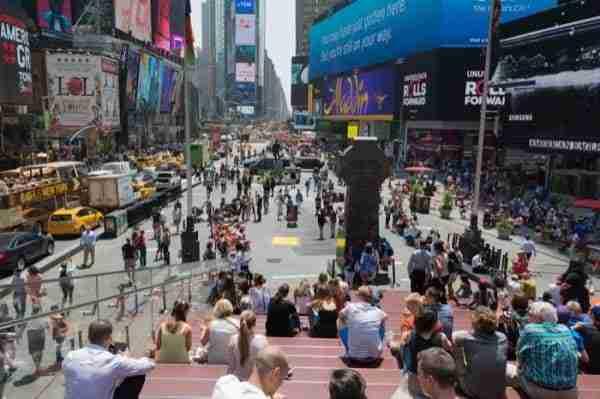 Vista su Times Square dalle scale rosse