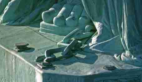 I piedi della Statua della Libertà con le catene
