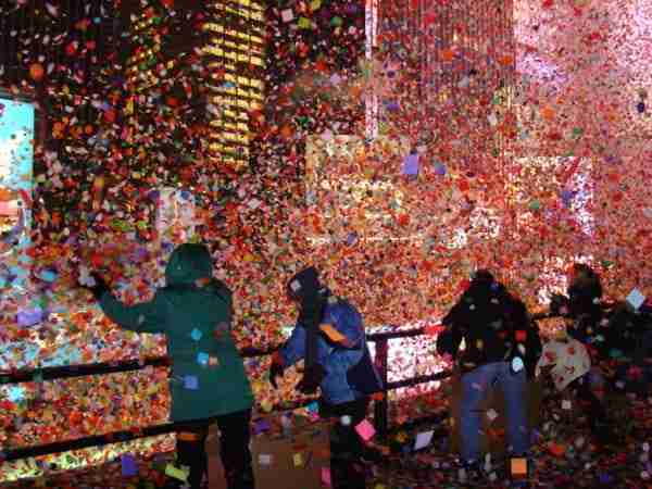 I coriandoli vengono lanciati su Times Square