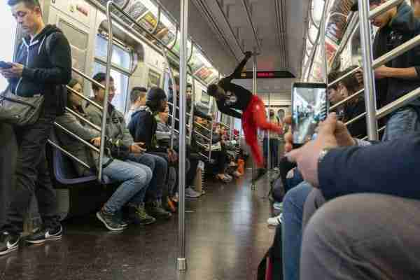 Esibizione di danza nella metro di New York