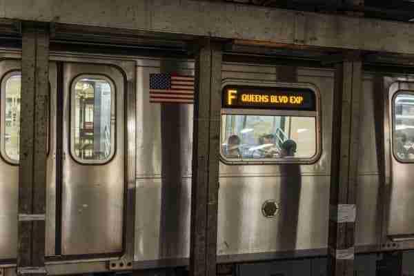 Indicazione di una linea express, sul vagone di un treno.