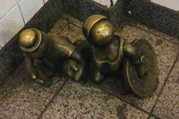 "Scultura ""Life Underground"" di Tom Otterness."