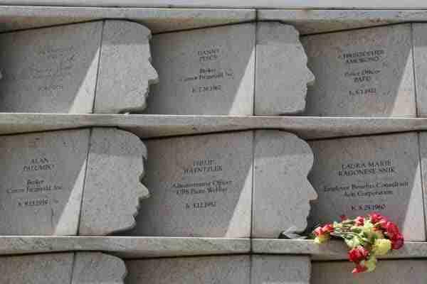 Un dettaglio dei profili del memoriale Postcards