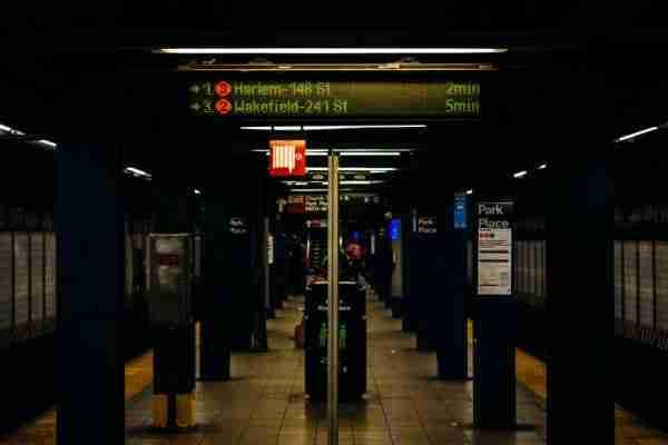 Display della metro con indicazione dei minuti di attesa