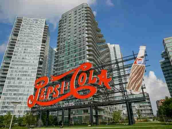 L'insegna della Pepsi Cola