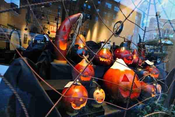 Una vetrina di Manhattan ad Halloween